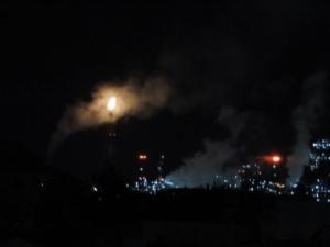 Το …ανέσπερο φως των ΕΛΠΕ λαμπαδιάζει τις νύκτες στην Ελευσίνα! (video)